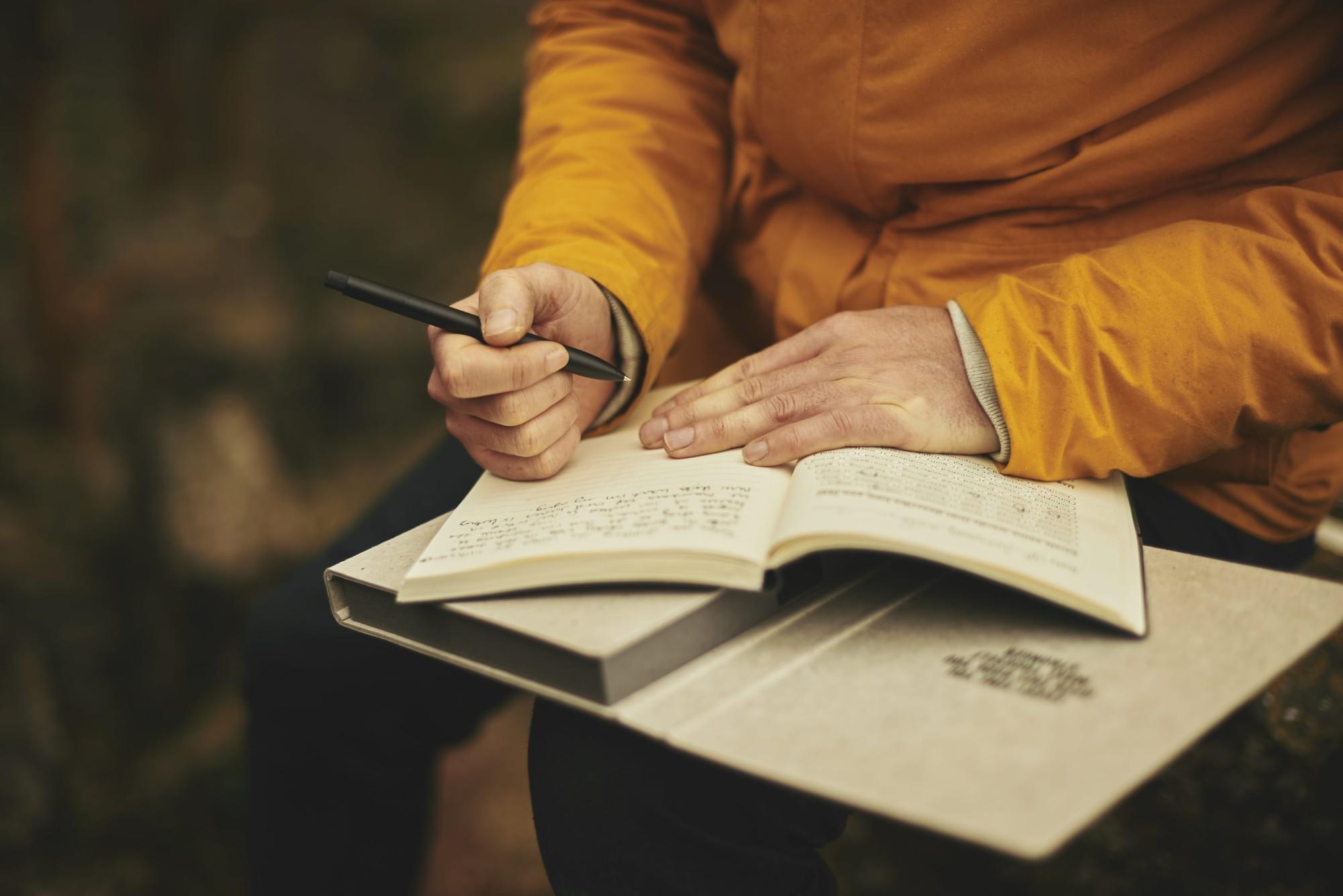 Un homme qui écrit